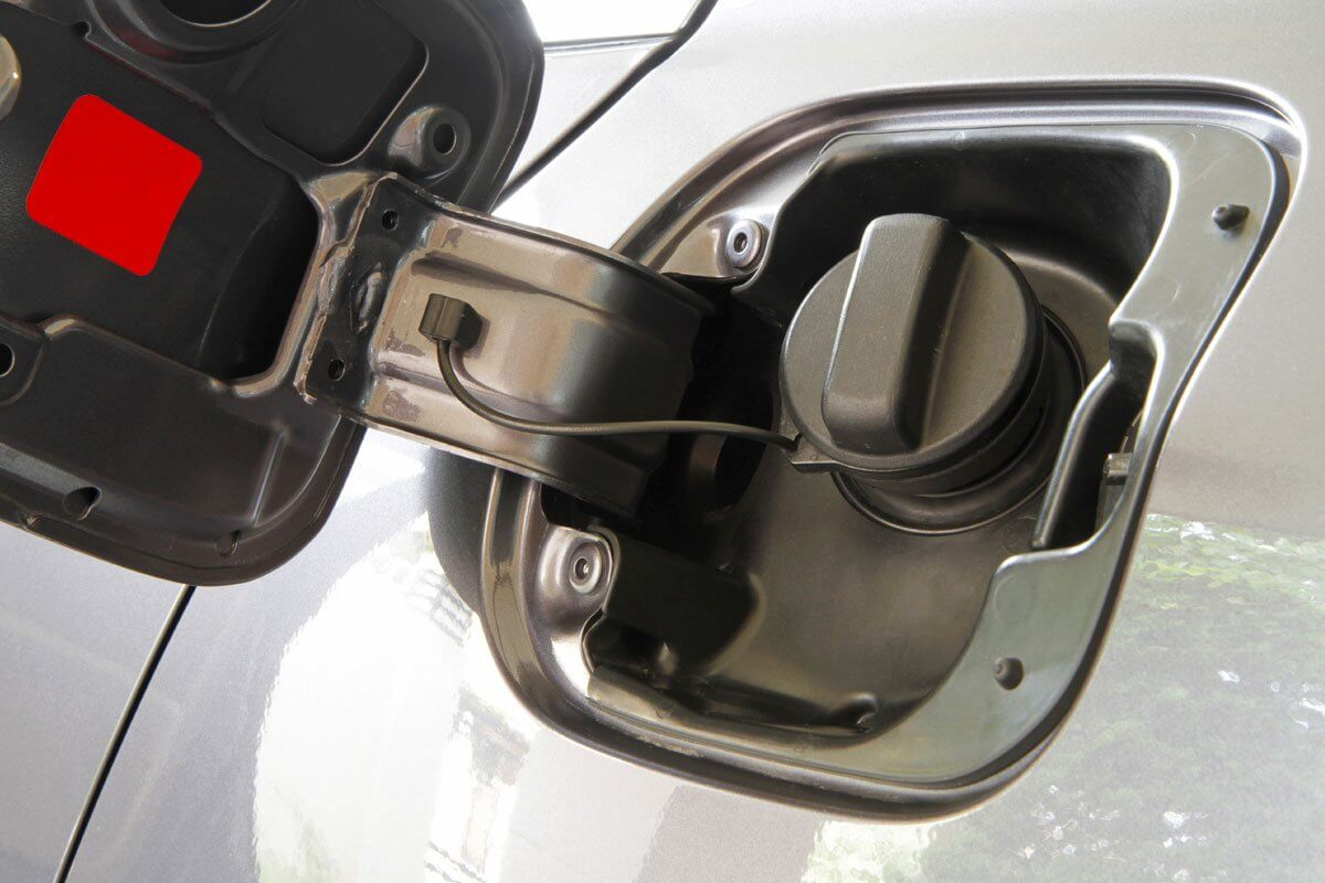 Lưu ý đổ đầy và vặn nắp bình nhiên liệu trước khi để xe lâu ngày không dùng.